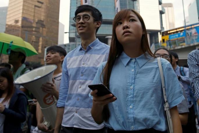 Hai nghị sĩ Yau (phải) và Leung (giữa) tham gia biểu tình ở Hồng Kông hôm 6-11. Ảnh: REUTERS