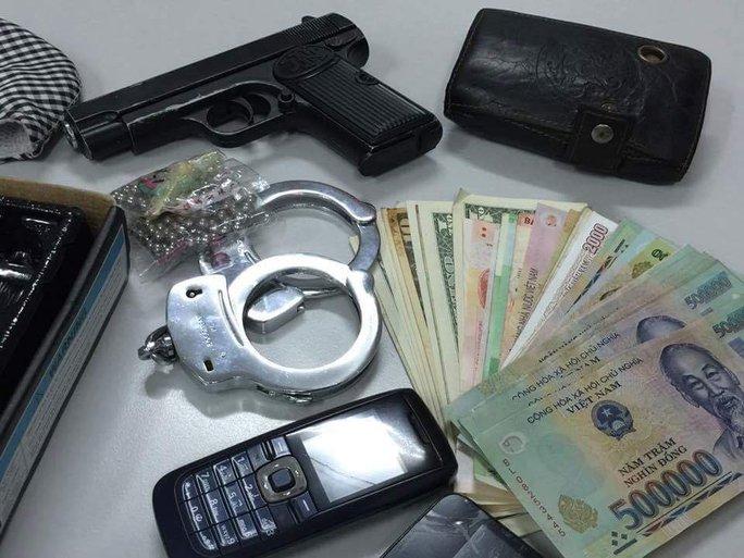 Tang vật vụ án cướp tài sản mà công an thu giữ được sau khi bắt giữ Nguyễn Văn Việt