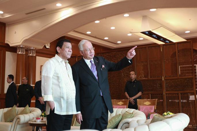 Tổng thống Philippines Rodrigo Duterte (trái) và Thủ tướng Malaysia Najib Razak gặp gỡ hôm 10-11. Ảnh: RAPPLER