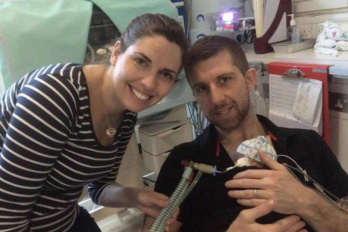 Cặp vợ chồng Louise (33 tuổi) và Paul Rossall (32 tuổi) bên con trai. Ảnh: CHRONICLE LIVE