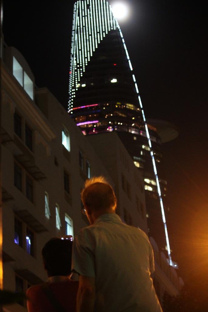 Hai người nước ngoài ngẩn ngớ trước vẻ đẹp của siêu trăng.
