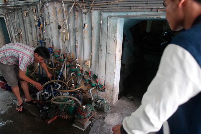 Trước khi lên chung cư, ngay dươi chân cầu thang là một hàng khoảng 20-30 máy bơm và đồng hồ nước kèm đường ống chằng chịt lộ thiên ngay lối đi. Hệ thống này do người dân tự chế để bơm nước lên dùng vì áp lực nước không đủ mạnh, trong khi hệ thống nước của chung cư hỏng từ lâu