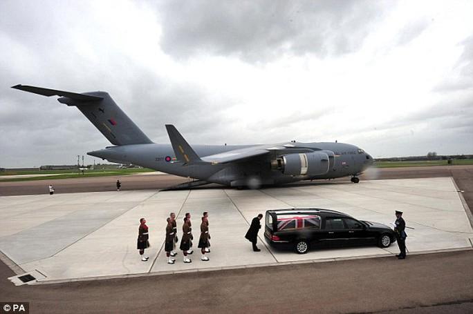 Việc tiếp nhiên liệu cho máy bay tại căn cứ RAF Brize Norton cũng bị ngừng lại vì lý do an toàn. Ảnh: PA