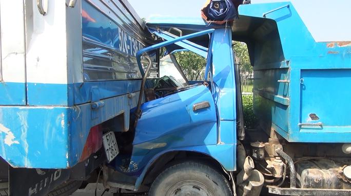 Chiếc xe ben găm chặt vào đuôi xe tải cẩu