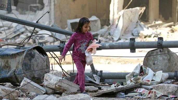 Khu vực Al-Shaar ở TP Aleppo trúng bom và hiện trường hôm 17-11. Ảnh: REUTERS