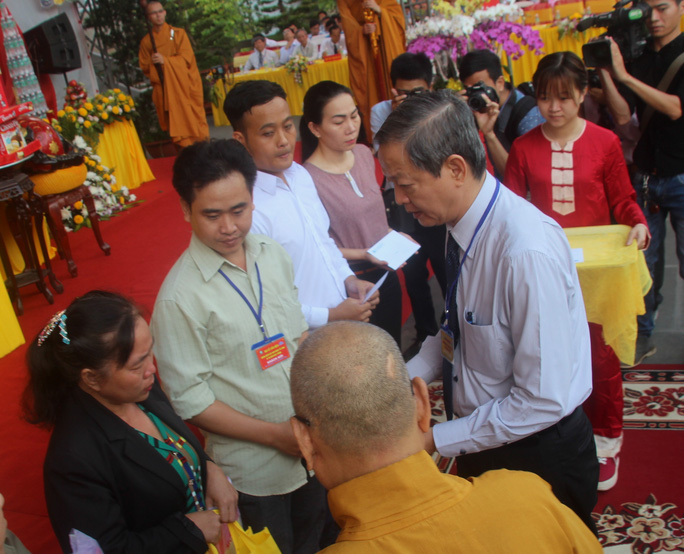 Phó Chủ tịch UBND TP HCM tặng quà cho các gia đình có nạn nhân bị TNGT