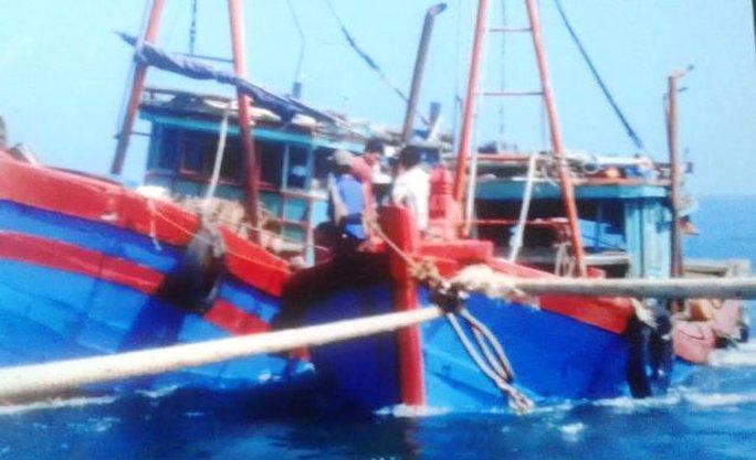 Tàu ngư dân bị đâm chìm được các tàu hỗ trợ lai dắt vào bờ nhưng đã bị chìm sau đó - Ảnh chụp lại ảnh người dân cung cấp