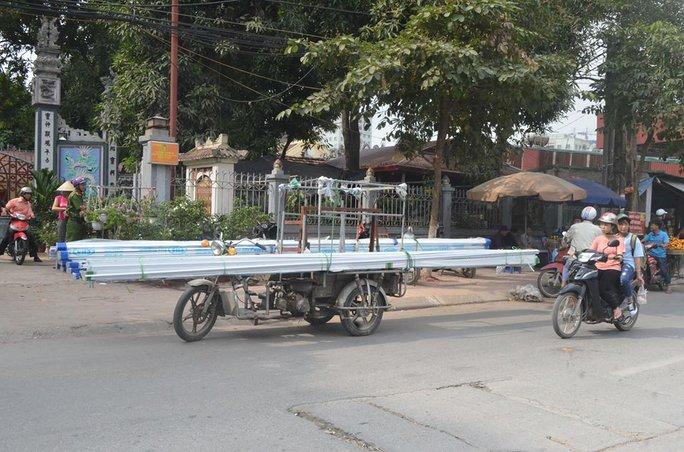 Một xe tự chế chở hàng cồng kềnh bị lực lượng công an bắt giữ