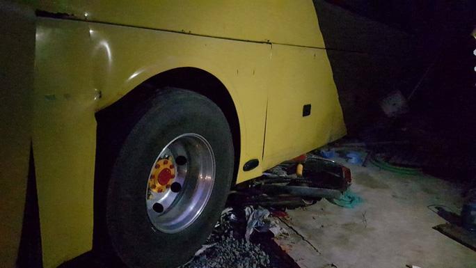 Xe máy bị húc vào gầm xe khách.