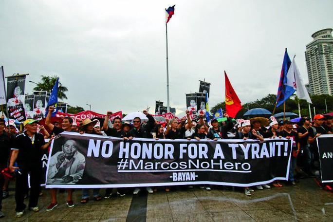 Cuộc biểu tình phản đối vinh danh nhà độc tài Ferdinand Marcos hôm 25-11. Ảnh: INQUIRER