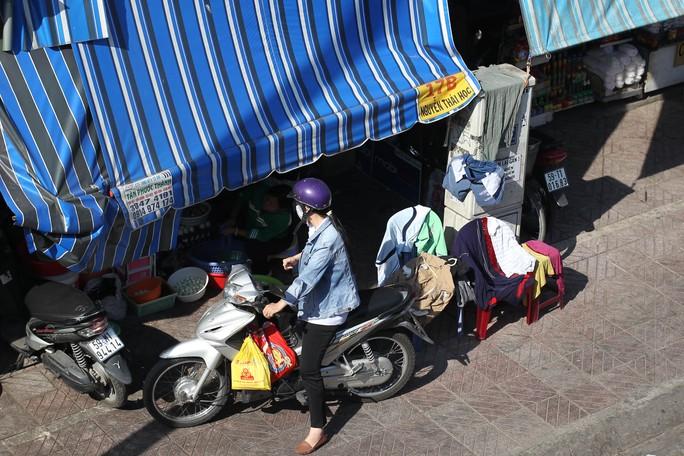 Nhiều người dân còn tận dụng các bốt điện trước nhà để làm chỗ phơi áo quần