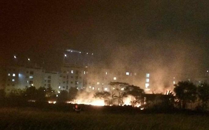 Vụ cháy bãi đất trống khiến nhiều người dân lo sợ - Ảnh: Facebook