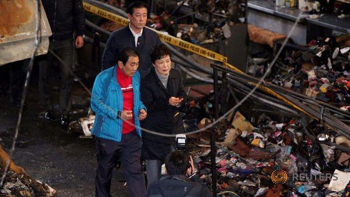 Bà Park thăm khu chợ nông thôn hôm 1-12. Ảnh: REUTERS