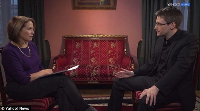 Snowden (phải) trả lời phỏng vấn độc quyền với Yahoo News hôm 5-12. Ảnh: YAHOO NEWS