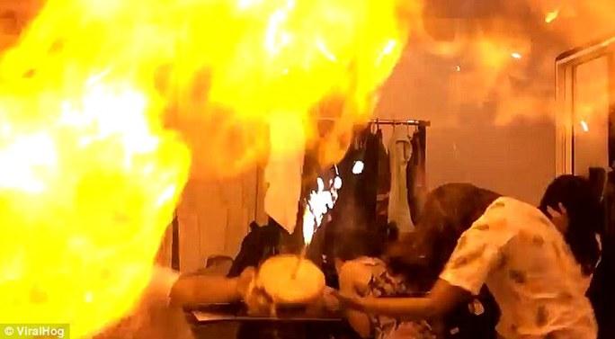 Một vụ nổ bóng bay bơm khí dễ cháy được đăng tải trên mạng internet. Ảnh: VIRAHOG