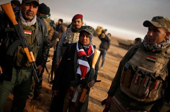 """là người phụ nữ duy nhất trong nhóm dân quân """"Những con sư tử của sông Tigris"""". Ảnh: REUTERS"""