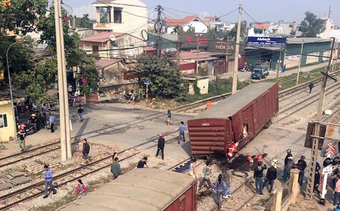 Một toa tàu bị đứt chắn ngang đường dân sinh - Ảnh: Otofun
