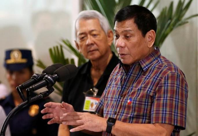 Ông Yasay bên cạnh Tổng thống Duterte. Ảnh: REUTERS