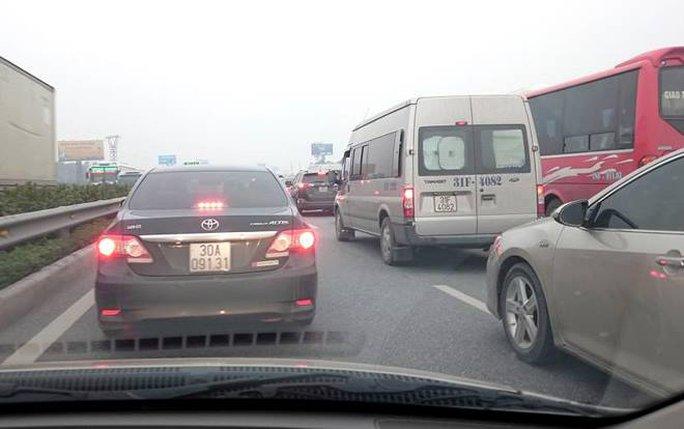 Vụ cháy ô tô khiến tuyến đường cao tốc Pháp Vân-Cầu Giẽ bị ùn ứ giao thông