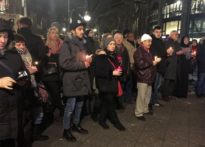 Người dân đốt nến tưởng niệm các nạn nhân ở Berlin hôm 20-12. Ảnh: PA