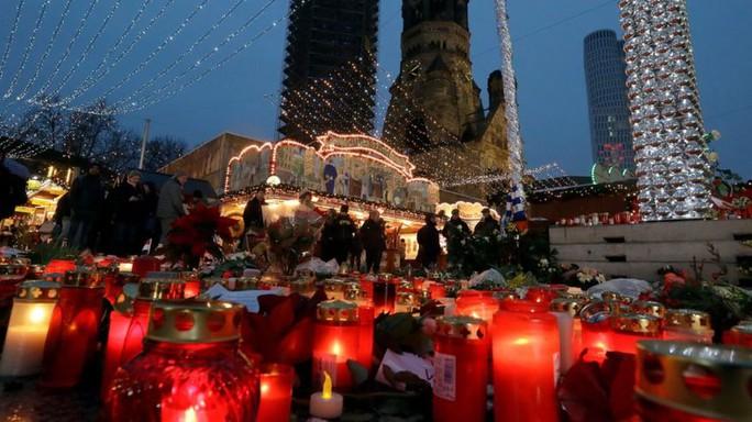 Đặt nến tưởng niệm các nạn nhân vụ khủng bố Berlin. Ảnh: AP