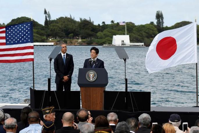 Thủ tướng Abe phát biểu trước Đài tưởng niệm USS Arizona hôm 27-12. Ảnh: REUTERS