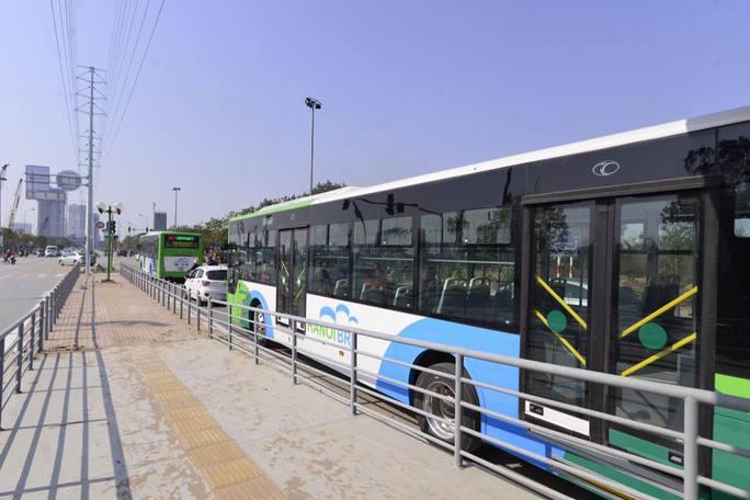 Hai chiếc xe buýt nhanh nối nhau đi trên đường Lê Văn Lương