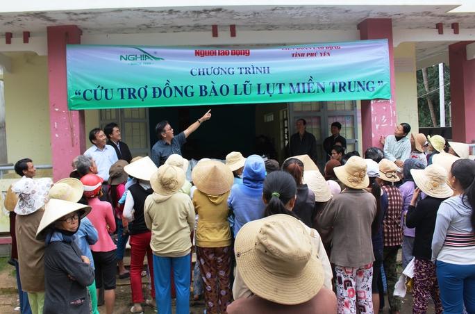 Nhiều người dân chờ nhận quà cứu trợ lũ lụt tại xã An Hiệp
