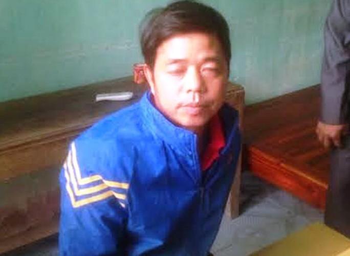 Hoàng Văn Thành khi bị bắt đưa về trụ sở UBND xã Hải Lộc