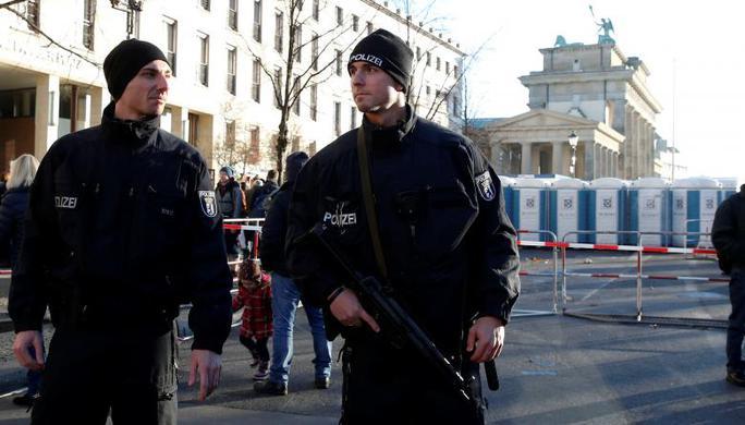 Cảnh sát Đức bồng súng tiểu liên đứng gác tại Cổng Brandenburg trước thời khắc năm mới. Ảnh: REUTERS