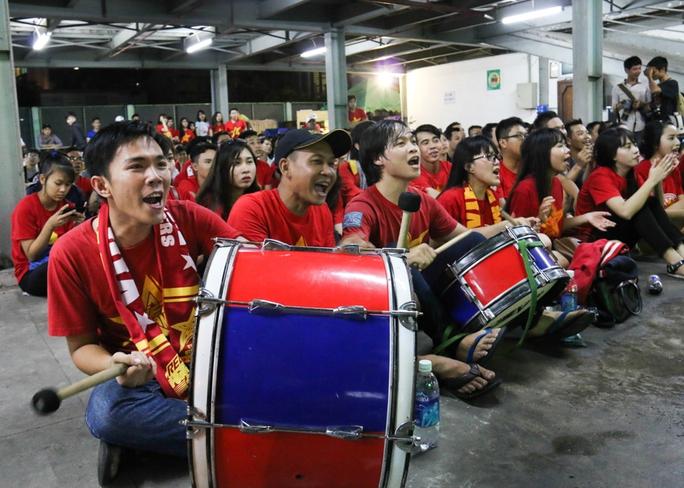 Chùm ảnh: Cổ vũ tuyển Việt Nam thắng Myanmar dưới hầm xe