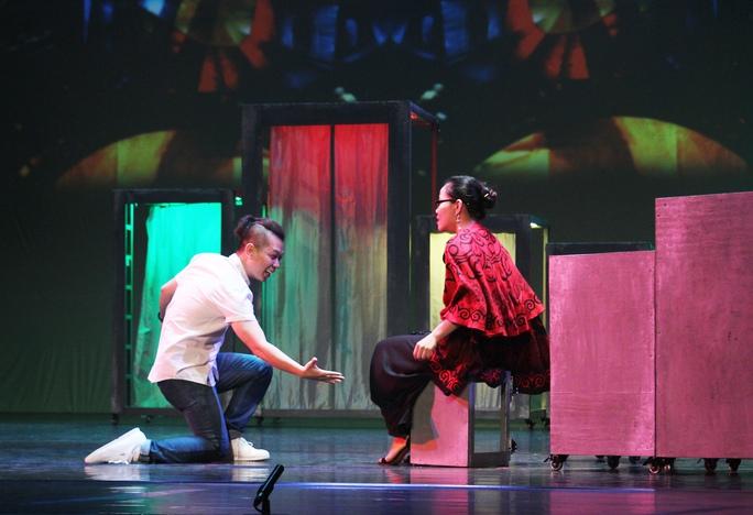 Ca sĩ Nam Khánh xuất sắc vào vai anh thợ giày vô cùng đáng yêu, theo đuổi cô nàng Gabrielle nóng bỏng do giọng nữ cao Phạm Khánh Ngọc thủ vai