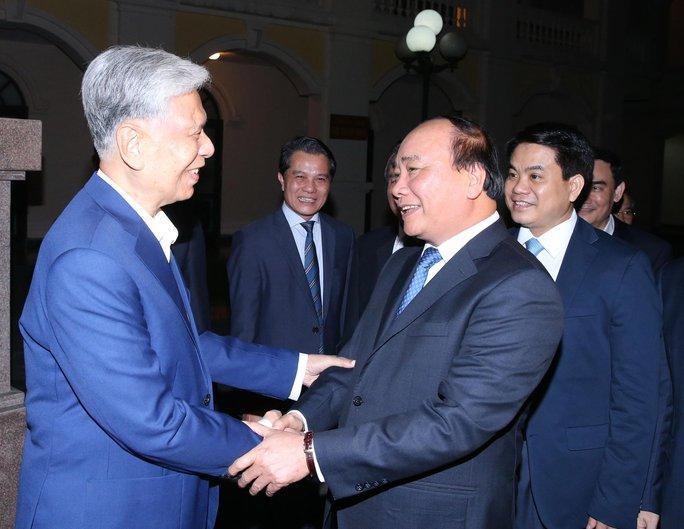 Thủ tướng Nguyễn Xuân Phúc chung vui với người dân tại ngày hội Đại đoàn kết toàn dân tộc ở phường Điện Biên Ảnh: TTXVN