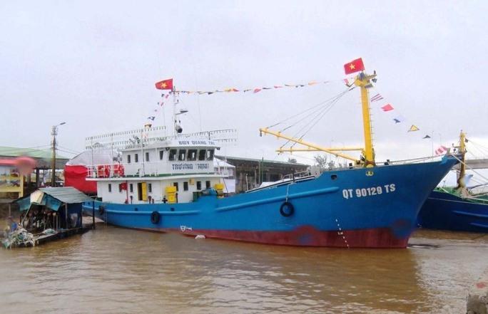 Tàu vỏ thép mới đóng theo Nghị định 67 bàn giao cho ngư dân Quảng Trị