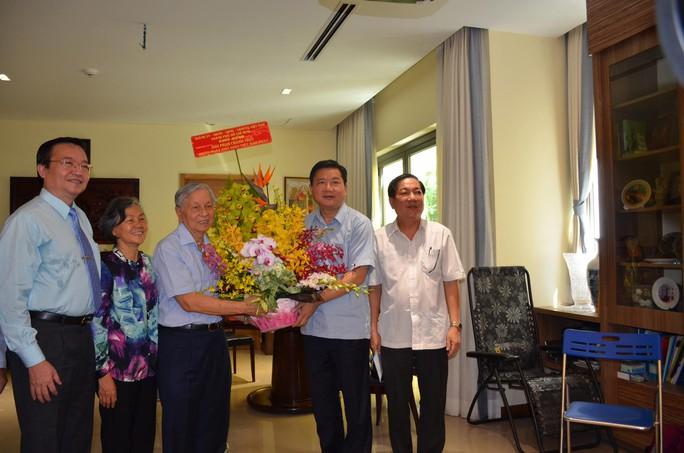 Bí thư Thành ủy TP HCM Đinh La Thăng chúc mừng ông Phạm Chánh Trực nhân ngày Nhà giáo Việt Nam Ảnh: TRƯỜNG HOÀNG