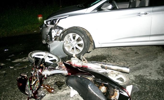 Cả 2 xe đều bị hư hỏng nặng sau cú tông cực mạnh trong đêm.