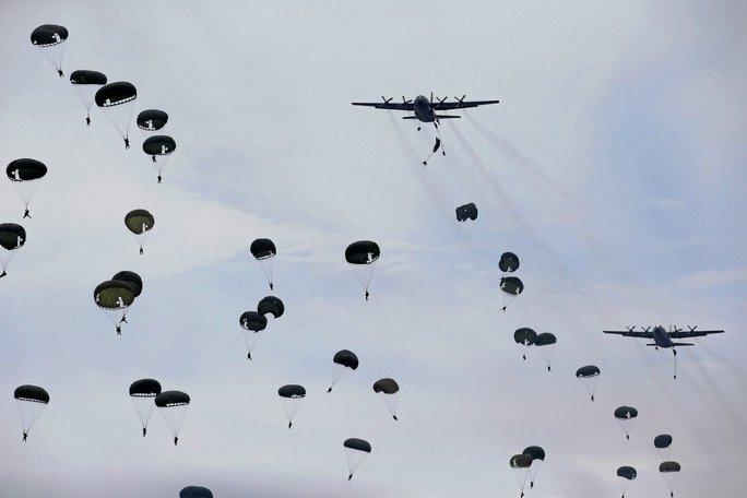 Binh sĩ Indonesia nhảy dù trong cuộc tập trận. Ảnh: Reuters