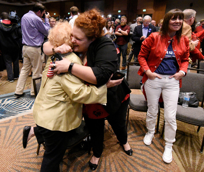 Người dân vui mừng khi chiến thắng gọi tên ông Trump tại Bắc Carolina. Ảnh: Reuters