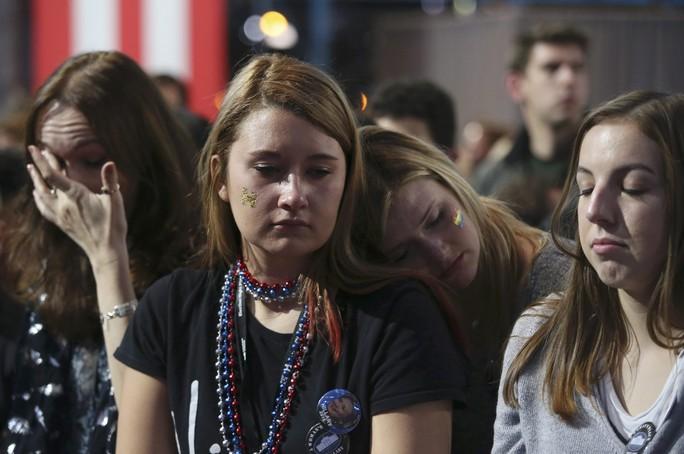 Người ủng hộ bà Clinton buồn bã sau khi kết quả bầu cử được công bố. Ảnh: Reuters
