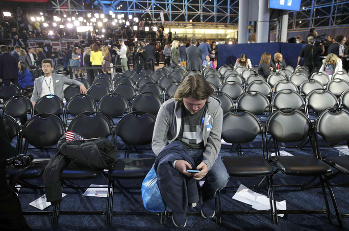Một cử tri ủng hộ bà Clinton buồn bã tại TP New York. Ảnh: Reuters