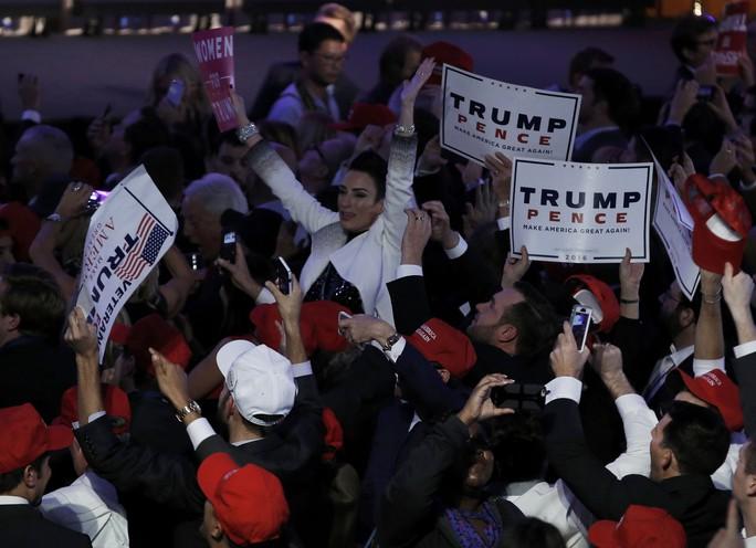 Những người ủng hộ ông Trump mừng chiến thắng. Ảnh: Reuters