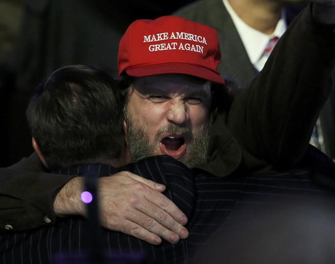 Một người ủng hộ ông Trump mừng ra mặt. Ảnh: Reuters