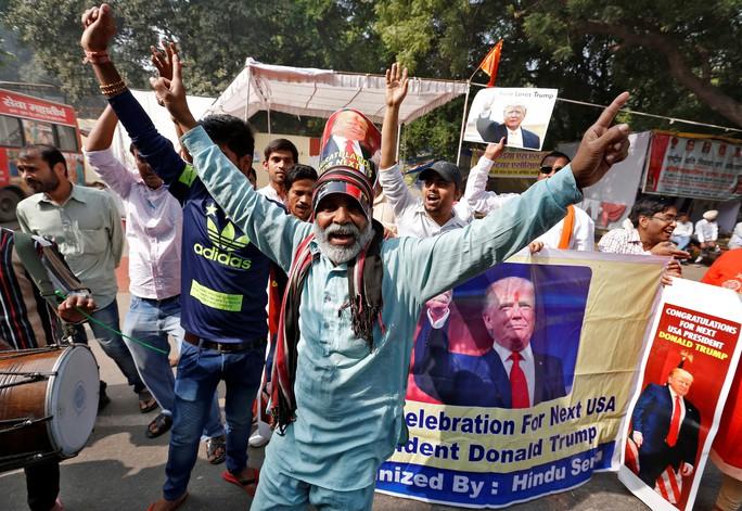 Một số người dân Ấn Đô ở New Delhi mừng chiến thắng của ứng viên Đảng Cộng hòa. Ảnh: Reuters