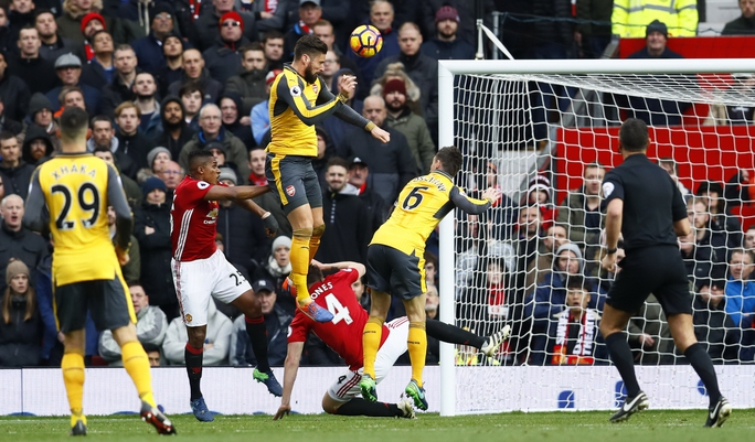 Giroud đánh đầu ghi bàn đem về 1 điểm cho ArsenalẢnh: REUTERS