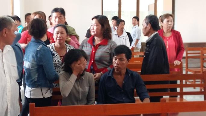 Bà Tuyết đã nhiều lần ôm mặt khóc tại tòa vì đã quá khốn đốn sau khi đem tờ vé số trúng giải độc đắc đến đổi thưởng ở đại lý vé số Triều Phát.