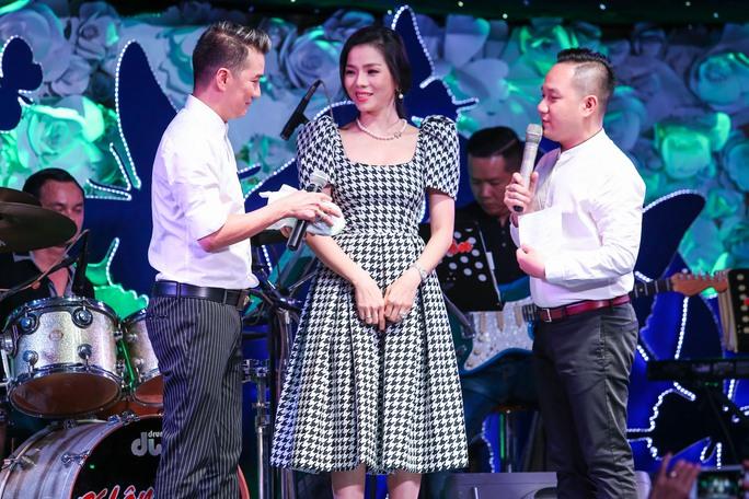 Đàm Vĩnh Hưng thay mặt nhận 300 triệu đồng và sẽ chuyển cho gia đình Minh Thuận ngày 17-9