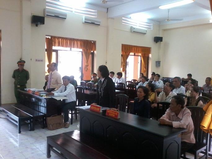 Một luật sư bảo vệ miễn phí cho nguyên đơn (bên phải) và 3 luật sư phía bị đơn (bên trái) tại phiên tòa phúc thẩm. Ảnh: THANH SANG