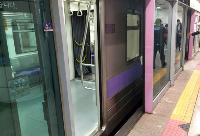 Nạn nhân bị mắc kẹt ở khoảng trống giữa cửa tàu điện ngầm và cửa an toàn. Ảnh: Yonhap