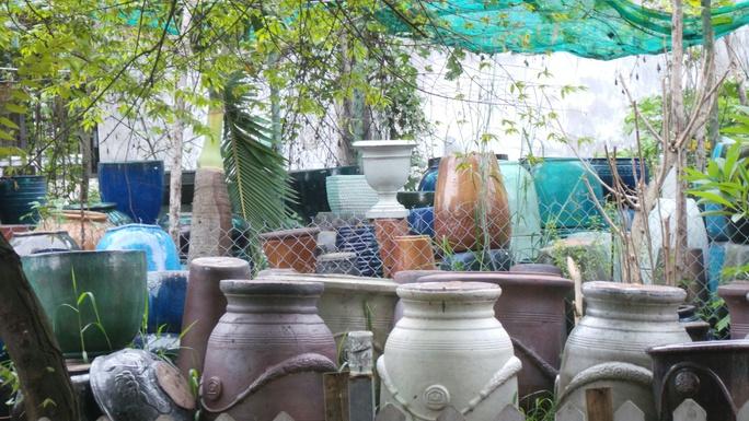 làLu khạp ứ đọng nước mưa tiềm ẩn cho lăng quăng, muỗi sinh sống trên địa bàn quận 2.
