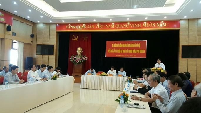 Ông Nguyễn Đức Chung phát biểu tại buổi tiếp xúc cử tri quận Hoàn Kiếm